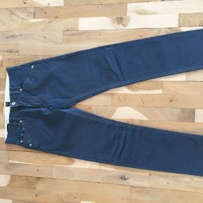 Jeans fra Hugo Boss som aldrig er brugt, da de desværre er købt for små. Størrelsen hedder 32/34, men jeg vil mene de nærmere er 30-31/34.