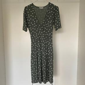 Super lækker og blød kjole, er kun blevet prøvet på. Den er med bindebånd, men kan også bruges uden bindebånd:)   BYD! Skal bare væk!