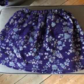 Så fin nederdel. Brugt enkelte gange. Lilla groft vævet stof med mønster i sølv. Kan reguleres i taljen. Hedder str. 5.