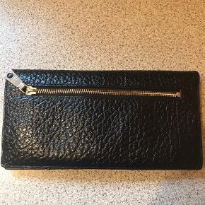 Fin læder pung/clutch  Lukkes med magnet lås, plads til kreditkort, mønter mv 24x12x2 cm når den er slået sammen