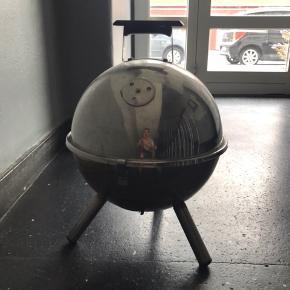 Retro kugle grill, let at transportere ; grillstarter medfølger