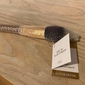 Prisen er fast og ekskl. fragt Ny og ubrugt. Powder brush limited edition