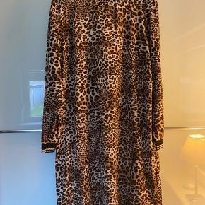Super fed kjole fra Educe, brugt en gang og fuldstændig som ny  Jeg tager ikke billeder med tøjet på 😊