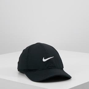 Sort kasket fra Nike, ligner den på billedet på en prik :)