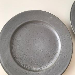 Nye Christian Bitz grå middags tallerkner. Købt i maj måned, kun en er taget i brug - se billeder.  Tænker 450kr.