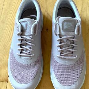 Nike Air Max Thea Rosa farve.  Str. 40 (synes de er lidt til den lille side - det bør dog nævnes at jeg har brede fødder)  Brugt max 2-3 gange Fremstår i super pæn stand  Nypris 1000 kr. Pris 450 kr.