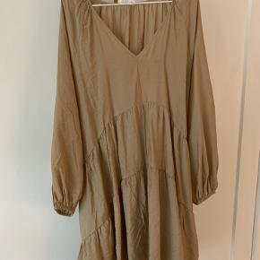 Fin beige oversize kjole, kun brugt få gange.   Afhentes i Vanløse eller sendes på købers regning.