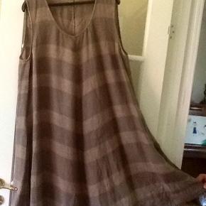 Varetype: Kjole/ Spencer Størrelse: 4 = 46-48 Farve: Brun & muldvarp Oprindelig købspris: 1500 kr.  Sælger denne super lækre kjole, fra OSKA. Virkelig en lækker kvalitet, syet i A-facon, og med lommer i siderne. Stoffet har et lidt forvasket look. Brystmål = 2 x 61 cm. Længde= ca. 101 cm.  Mindstepris = 450 pp.