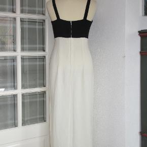 Exclusiv galla-kjole fra Vera Mount. Kjolen har smukt broderi i sort-hvid. Overdelen er med korsage-stivere foran. Kjolen er med foer og den har en 48 cm høj sidse i den ene side.  Oprindelig købspris: 2800 kr.  Brystvidde: 47 cm x 2 Livvidde: 42 cm x 2 Hoftevidde: 55 cm x 2 Længde: 130 cm   Ingen byt, og prisen er fast. 