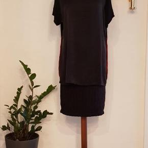 Varetype: Bluse Størrelse: XXL Farve: Sort  Pbo bluse. 100% silke, 100% viskose  Mindstepris 200 pp   Bytter ik
