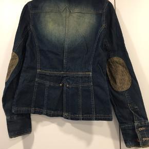 Fin denim jakke med flotte detaljer