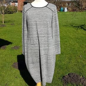 Fin figursyet kjole i gråmeleret stof og perleagtig dekoration i halsen. Længde fra skulder til bund: 100 cm Længde fra halsudskæring til bund: 92 cm Brystmål: ca. 49 cm * 2. Taljemål: 45 cm * 2 Hoftemål: 52 cm * 2.  #30dayssellout
