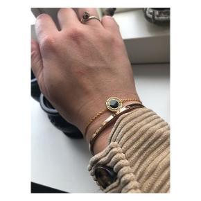 2 fine armbånd ✨  1 er guld (guldbelagt sølv) med grøn prik i midten fra Enamel, næsten ikke brugt og fremstår som ny 🙏🏼 60 kr ,-  2 er sølv armbånd fra Pilgrim, brugt meget i en periode, men er i fin stand 🌟 30 kr ,-   Sender med DAO (køber betaler fragt) eller kan afhentes i Valby eller på Amager efter aftale 📦📍