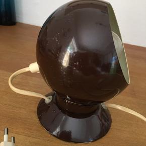 Retro magnet væglampe fra a-bo Randers.  Flot brun farve.  Har lidt ridser/patina men virker 100 % Pris + evt fragt og gebyr.  Handler gerne med mobilepay.