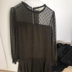 Rigtig fin kjole fra Zara. Pæn med et bælte i taljen.