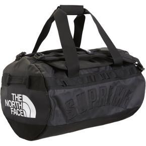 Supreme x tnf taske i sort fra ss19! Helt ny, alt haves!  Mp: 1600kr