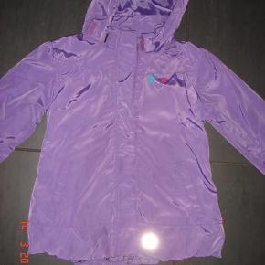 Varetype: forårs/sommer jakkeStørrelse: 2år Farve: lilla  ingen brugstegn , andet end navn skrevet i. kun brugt 4-5 gange.