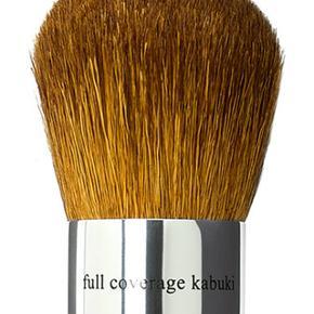 Brand: Bare Minerals Kabuki Brush  Varetype: ABSOLUT BILLIGST PÅ TS bareMinerals Kabuki Brush - 1. sortering  Størrelse: HELT NORMAL STØRRELSE - se billede  Spørgsmål: SEND EN MAIL PÅ: sallyinthesea@gmail.com  Oprindelig købspris: 359 kr.  Fragt: 35 kr.  -> -> Handler MobilePay <- <-  KØB ELLER SPØRGSMÅL SEND MAIL PÅ -> sallyinthesea@gmail.com  OM bareMinerals Full Coverage Kabuki Brush: Fast, tæt børste, der giver en medium-til fuld-dækning af din foundation. De tætsiddende hår giver en jævnt og dækkende resultater   LEVERING: Kan ikke afhentes Forsendelse betales af køber KUN kr. 35,- Sendes i en boblekuvert  ANDET: -> -> Handler MobilePay <- <- Prisen er fast og ens for alle ;o)
