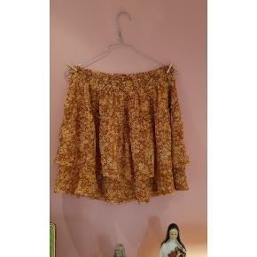 Fin nederdel- aldrig brugt. Elastisk kant foroven. Nypris 349 GRATIS FRAGT VED KØB PÅ 100KR ELLER OVER