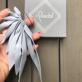 """""""The Bird"""" ørering fra By Fossdal med læder vinger og sølv stik. Øreringen sælges enkeltvis. Kan bæres både til hverdag eller til fest. Helt ny - aldrig brugt."""