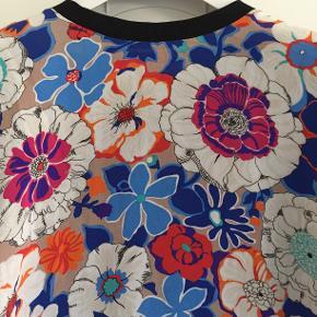 Fin bluse med korte ærmer silke forstykke og bomuldsbagstykke og ærmer. Brugt et par gange