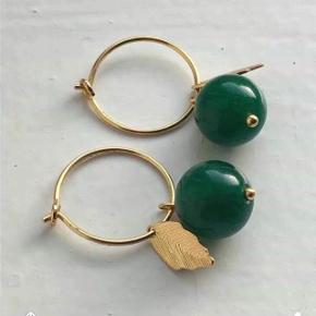 Lulu ørering - Smukke grønne halvædelstensperler i 15mm creoler med blad vedhæng
