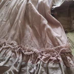 Stropperne på underkjole er lidt løse og bundet fast, da hægterne er væk. Sender gerne ekstra billeder. Looket er lidt slidt, men skal se sådan ud. Måske blevet lidt mere vildt efter vask, men man kan godt klippe tjavser af