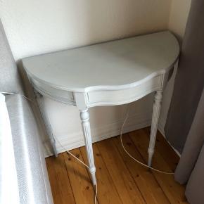 OBS: Skal afhentes senest d. 1 feb da jeg flytter!  Ældre konsolbord som er blevet slebet og malet i feb 19' fremstår derfor rigtig flot.   Der er en lille skuffe i bordet til nøgler eller lign.   Dybde 41 cm Bredde 82 cm Højde 76 cm  Kan afhentes i Aalborg vestby.