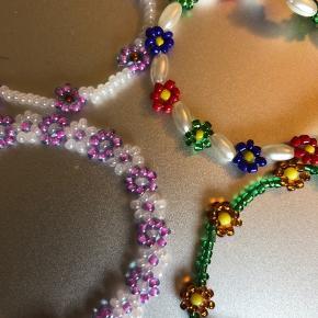 Perlearmbånd med blomster  1 for 15kr 3 for 35kr  Fragten er 10kr oveni