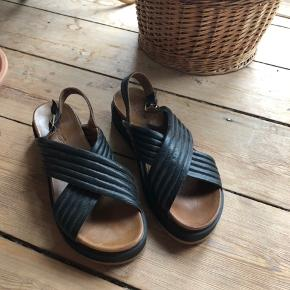 Lækre læder sandaler fra Inuovo. Str 38. Lidt små i str så svare til 37,5. Sort blødt skind. Alm i str. Brugt 2 gange. Nypris 599kr