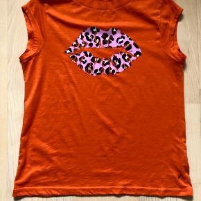 """Super fed t-shirt med """"kys"""" - kun brugt én gang, så er fuldstændigt som ny."""