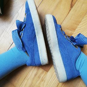 PUMA sko brugt én gang, kommer med et par ekstra snørebånd af velour. Smuk feminin model, med guldflage detalje i sålen💛