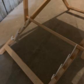 Lækker sol stol med taburet.  Næsten ikke brugt, pæn i stand.  Lyst egetræ med blå/grøn stof.  Mærke: Tissage de luz (fransk)