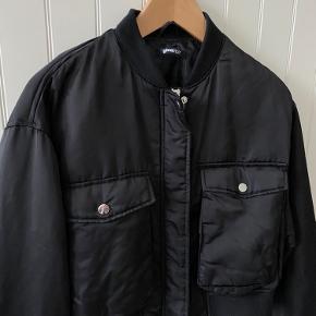 sælger denne fede bomber jakke fra Gina Tricot. Jakken er i en str L men fitter M. Den fitter lidt oversized. byd