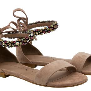 Lola Cruz sandaler i sand/beigefarvet ruskind. Købt direkte hos Lola Cruz for 200 euro, brugt max. 5 gange. Fejler absolut intet. Original æske, dust bag + div. andet medfølger. Byd gerne!