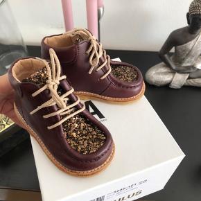 Flotteste angulus sko. Desværre nåede vi ikke at få dem brugt før de var for små. Prisen er fast. Nypris 799,-