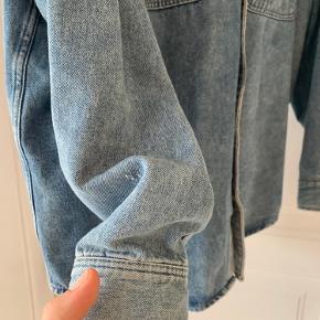 Vildt fed denimskjorte med slidte detaljer fra H&M. Får den bare ikke brugt.   Byd!