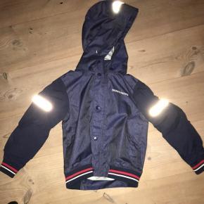 Sælger denne didreksons1913 forårs jakke. Næsten ikke brugt da den ikke passer. Hvis den skal sendes betaler køber fragt. Str 120 Np 650 Mp BYD  Skriv for flere billeder