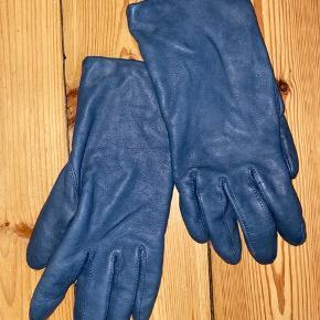 Skindhandsker fra Randers Handsker. Petroleums blå. Aldrig brugt og perfekt stand. Str. 7.5. Uld foer. Meget elegante! Køber betaler forsendelse :)