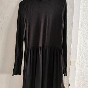 Blød og lækker mørkegrå kjole.