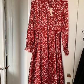 Helt ny kjole med prismærke i. I det lækreste silke.