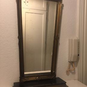 Smukt antik spejl med hylde og flotte detaljer. Brune pletter på selve spejlet som gamle spejle har, men man kan sagtens se sig selv😍 kom med et bud