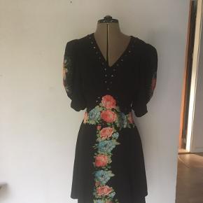 Smuk kjole med pufærmer, applikationer, perler og nitter. Købt i London. Super Nice med et par dr martens også.
