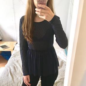 VILA gennemsigtig blå bluse med røde prikker. Størrelse S 🌺 Brugt få gange, kan også ses på mit profilbillede.  Kig gerne forbi min shop, mængderabat muligt! Afhentning i København (foretrækkes), ellers forsendelse med DAO.  #30dayssellout