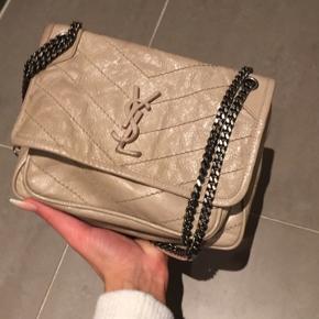Ysl Yves Saint Laurent Niki baby taske  21x16 cm  Købt i maj måned 2019.  Kvitt og æske haves  Logoet er lidt slidt og Sort mærke / patina bagerst på tasken se kommentarfeltet.