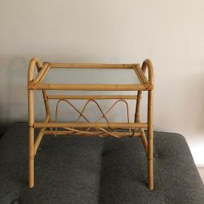 Lille sidebord / magasinholder i lys rattan og bambus. Dejlig nemt at flytte rundt med.  Befinder sig i København nv.