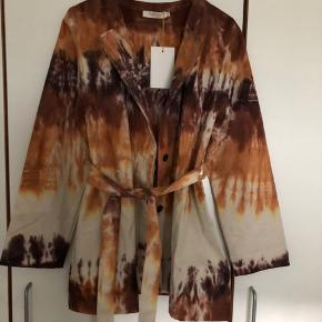 Ny smuk jakke / blazer med hantag. Farven er så smukke i tie die. Der er et binde bælte man kan tage af hvis man ønsker det.  Bytter ikke - sender med DAO ☀️