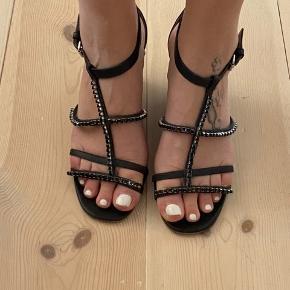 Fine kilehæl sandal perfekt til sommerkjolen. Mangler ingen sten. Lædersål er som man kan forvente mht til slid.