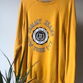 Super fed oversize sweatshirt fra Tommy Hilfiger. Den er str xs men passer også s/m! Kun brugt nogle få gange og fremstår derfor pæn! 🌼