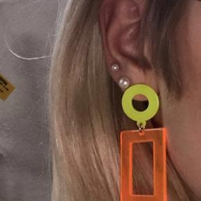 HELT NYE super fine neon gule og orange øreringe fra Glamorous. Aldrig brugt, sælges fordi jeg købte to par ved et uheld. Det par der ses på første billede og sidste billede er to forskellige. Np 60kr  Mp 50kr eksl fragt